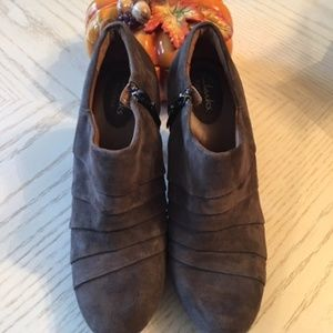 Clarks Artisan Brown Suede Ankle Booties Size 7